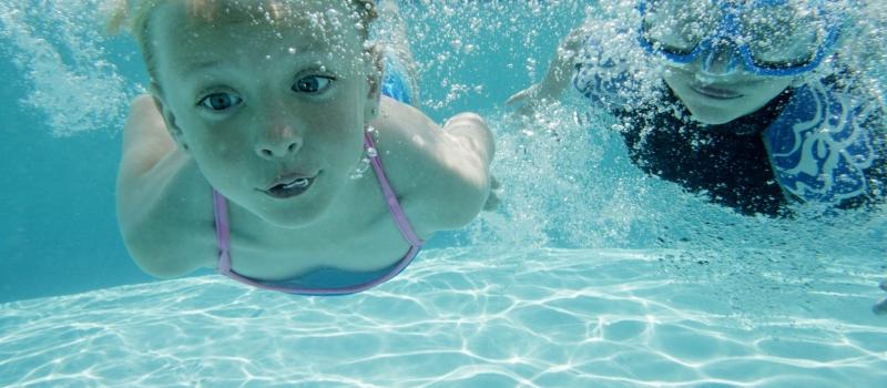 cursos-de-natacion-nios-piscina